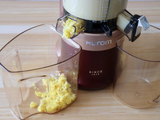 奶香玉米汁(原汁机版),开始出渣后就继续添加玉米粒,边加边榨直至全部榨完;