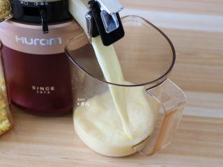 奶香玉米汁(原汁机版),打开果汁盖玉米汁就出来了;