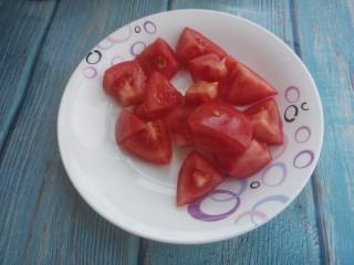 西红柿金针菇鸡蛋汤,把西红柿切成块。