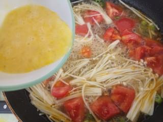 西红柿金针菇鸡蛋汤,水再次烧开之后加入鸡蛋液。