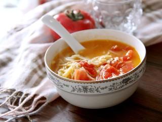 西红柿金针菇鸡蛋汤,装入碗中喝吧。