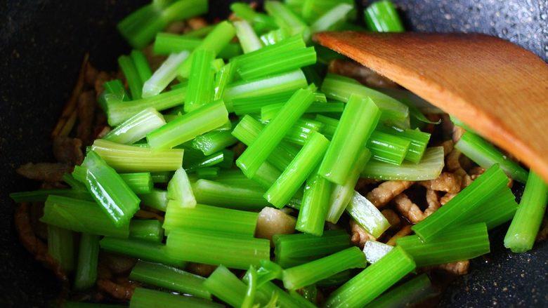 最经典的家常芹菜炒肉,多吃它清热解毒又养血补虚,这个时候加入提前焯水的芹菜