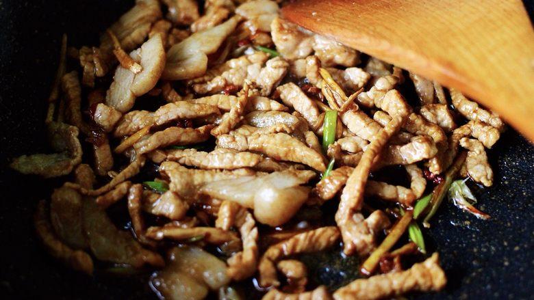 最经典的家常芹菜炒肉,多吃它清热解毒又养血补虚,大火继续进行翻炒片刻