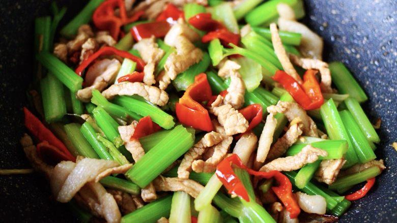 最经典的家常芹菜炒肉,多吃它清热解毒又养血补虚,大火翻炒所有材料和调料,继续翻炒1分钟后即可关火