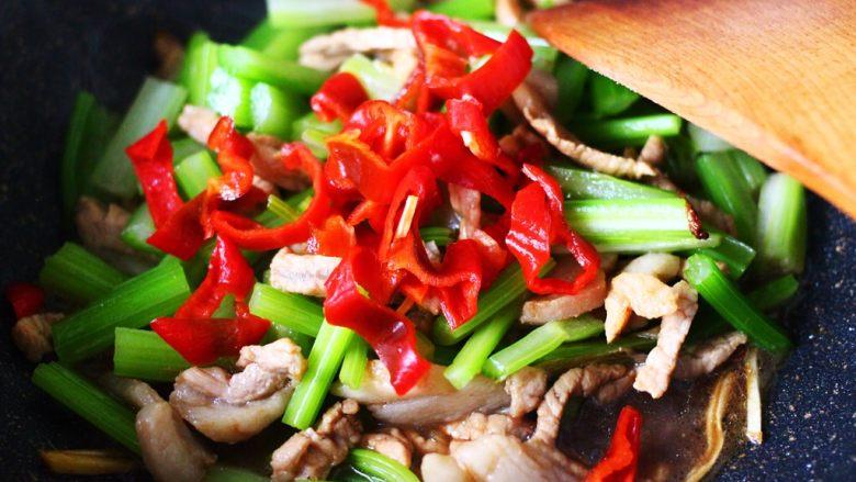 最经典的家常芹菜炒肉,多吃它清热解毒又养血补虚,加入切丝的红椒