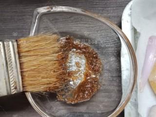 椒盐烤虾,再用个小碗倒入1盐勺椒盐粉,1盐勺孜然粉,半盐勺胡椒粉和2盐勺的食用油搅拌均匀