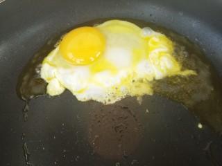 煎鸡蛋,要小火把鸡蛋放进去煎。