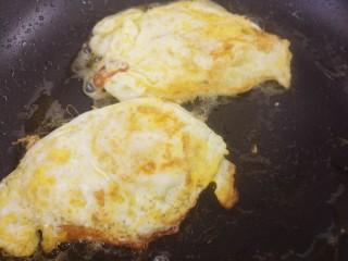 煎鸡蛋,两个鸡蛋都这样煎好。