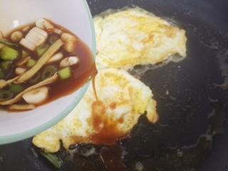 煎鸡蛋,然后倒入调好的汁儿。