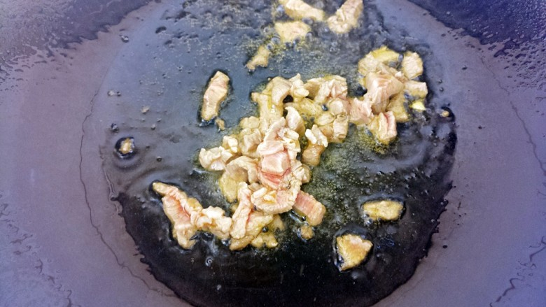 香菇牛肉意面,然后锅里热油把牛肉丁放进去炒。