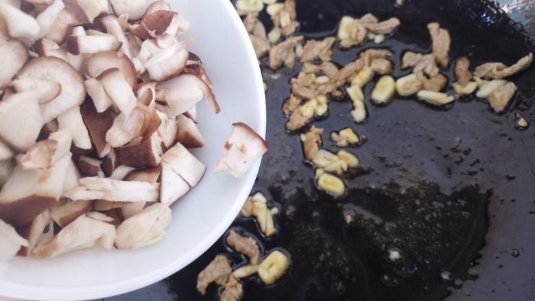 香菇牛肉意面,翻炒几下之后再加入香菇。