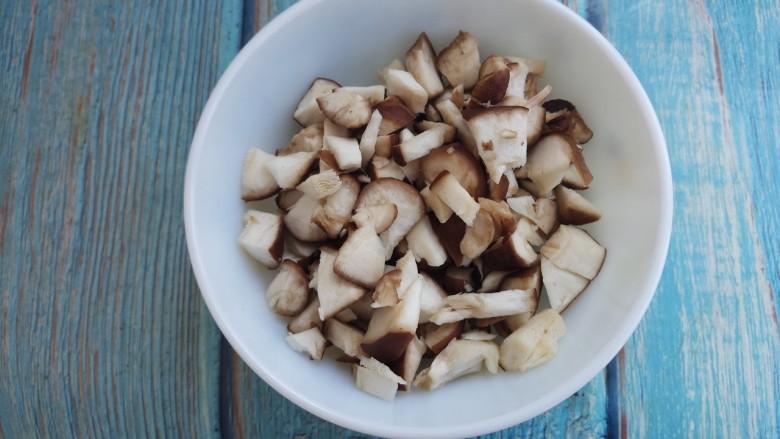 香菇牛肉意面,然后把香菇也切成碎丁。