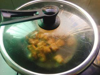 酱烧排骨,锅盖盖上中小火焖烧15分钟左右