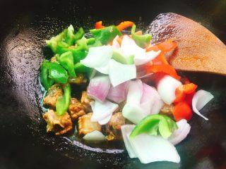 酱烧排骨,看汁收差不多时加入洋葱彩椒,翻炒均匀