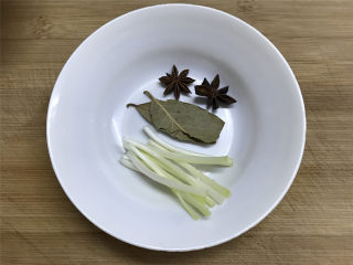 腐乳土豆,准备好配料,八角2个,香叶2片,葱白适量。