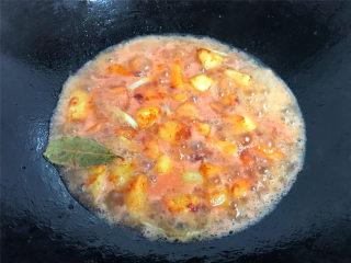 腐乳土豆,炒匀后加入没过土豆的水。