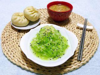 凉拌莴笋丝,搭配米粥和包子就是标配噢