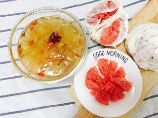 银耳莲子羹,搭配水果也可以做早餐哦!