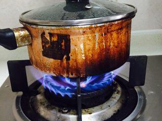 银耳莲子羹,大火烧开,大概2分钟水就开了