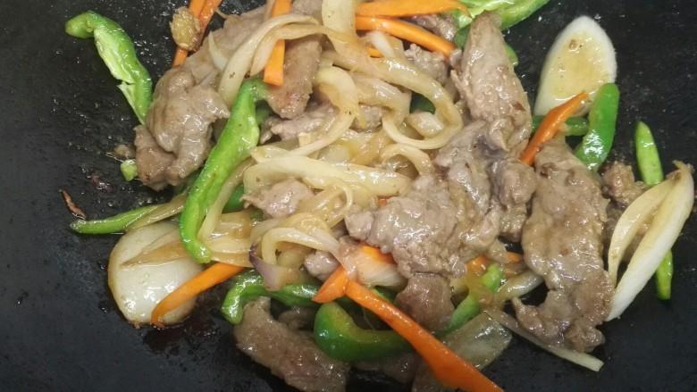 洋葱炒牛柳,最后放入青椒翻炒入味即可出锅