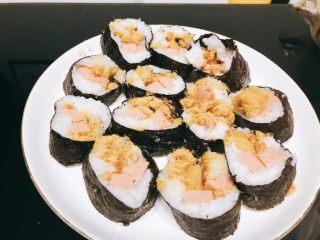 火腿肉松寿司,利用竹排将寿司卷成一个圆柱体,用到切成如图样子。