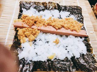 火腿肉松寿司,放上寿司