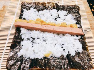 火腿肉松寿司,放上萝卜干