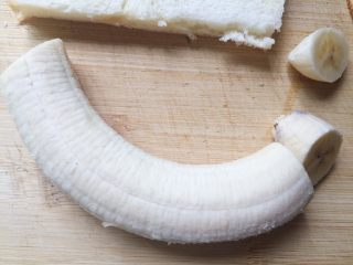香蕉芝士吐司卷,香蕉切去头尾