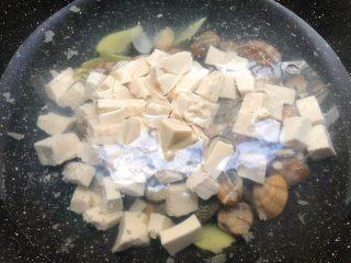 花蛤豆腐汤 ,倒入豆腐