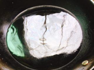 蒜蓉粉丝蒸蛏子,锅里坐水,放入蛏子
