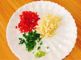 蒜蓉粉丝蒸蛏子,蒜头、香葱、红椒切小