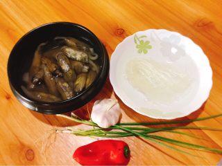 蒜蓉粉丝蒸蛏子,食材准备好:蛏子加水养,粉丝提前泡软
