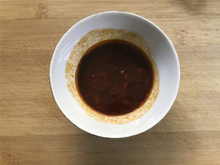 酸辣藕丁,醋1勺,辣椒酱1勺,番茄酱1勺,生抽1勺,盐1小勺,胡椒粉适量放一起调匀。