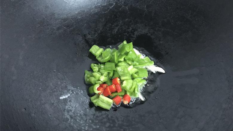 酸辣藕丁,放入切好的青红椒。