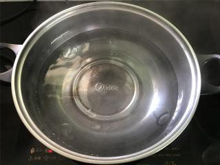 酸辣藕丁,取一锅,加适量水。