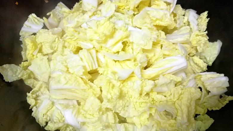 酸辣白菜,最后下入白菜叶炒熟即可。