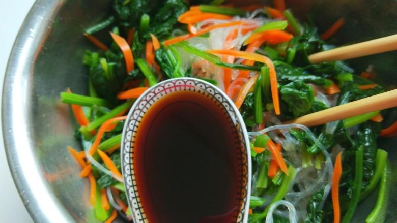 新文美食  菠菜凉拌粉丝,加入一勺醋。