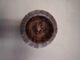 巧克力马芬蛋糕,将马芬面糊挤入纸杯里,挤到纸杯的2/3满,在表面撒上适量的巧克力豆。