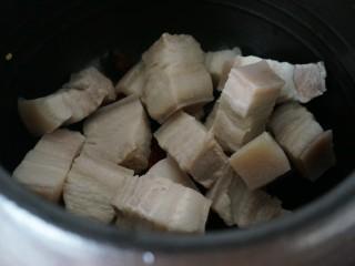 欲罢不能的土豆红烧肉,焯好的肉洗净