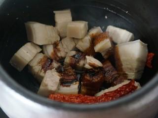 欲罢不能的土豆红烧肉,倒入五花肉煸至金黄后加入老抽