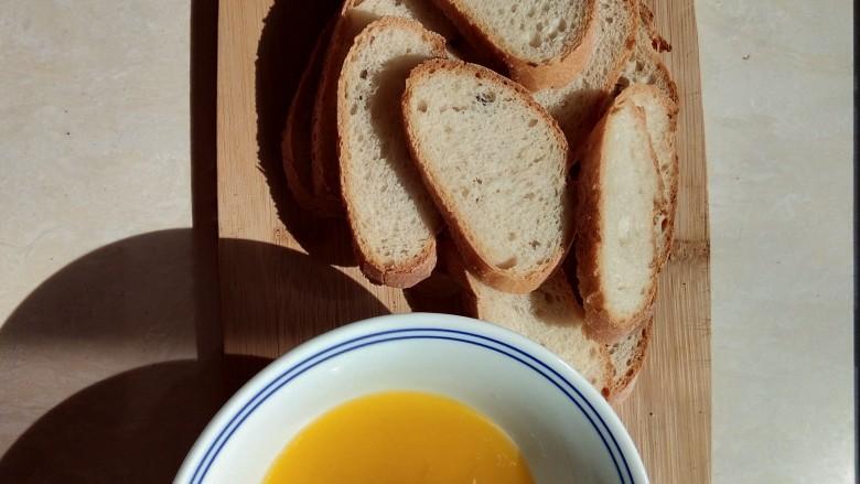 蜂蜜黄油脆片,让法棍片均匀沾上黄油蜂蜜液