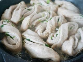 脆底黑麦粘卷子,然后加入水至卷子高度一半(从锅边淋入),盖上盖子转中火