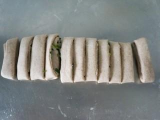 脆底黑麦粘卷子,切成等份,我切了11个卷子