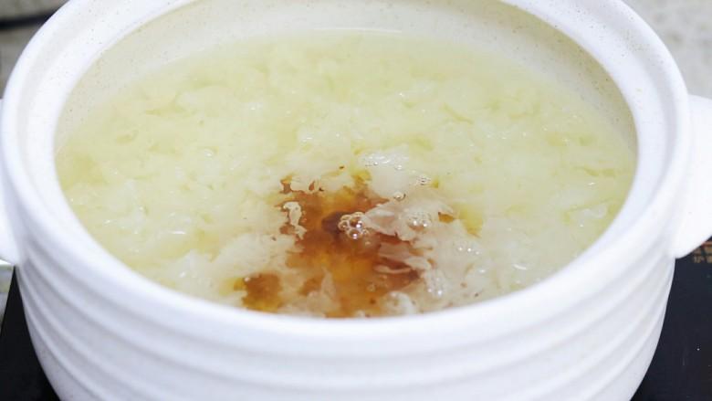 牛奶桃胶银耳燕窝羹,加入桃胶和皂角米炖半个小时