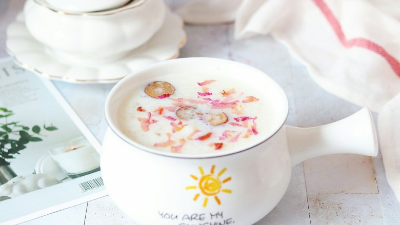 牛奶桃胶银耳燕窝羹,还撒了一点玫瑰花瓣