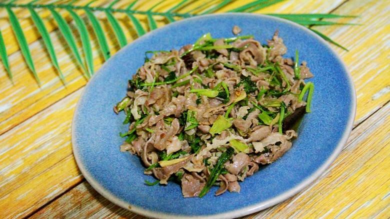 炒羊肉片,装盘。
