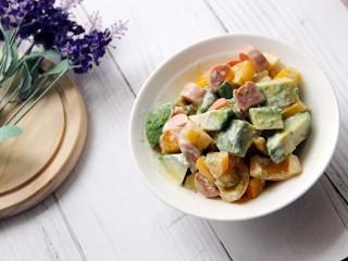牛油果火腿肠小番茄沙拉,可以当减肥餐了。。