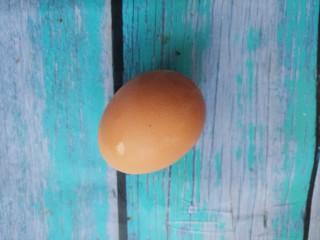 炒鸡蛋,先准备一个鸡蛋。