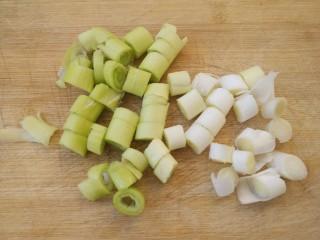 炒鸡蛋,把葱切成葱花。