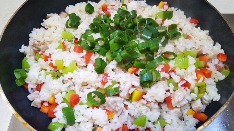 莴笋胡萝卜肉丁炒饭,放入葱花